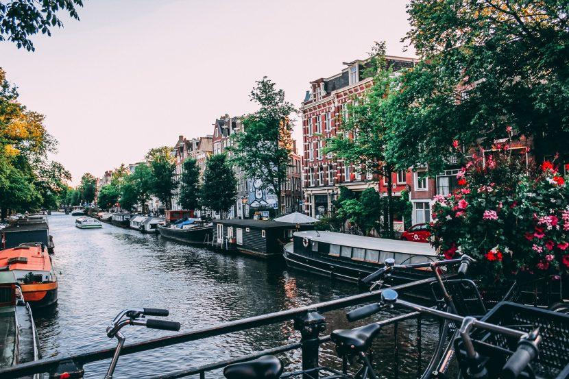 Numai bărci electrice pe canalele din Amsterdam
