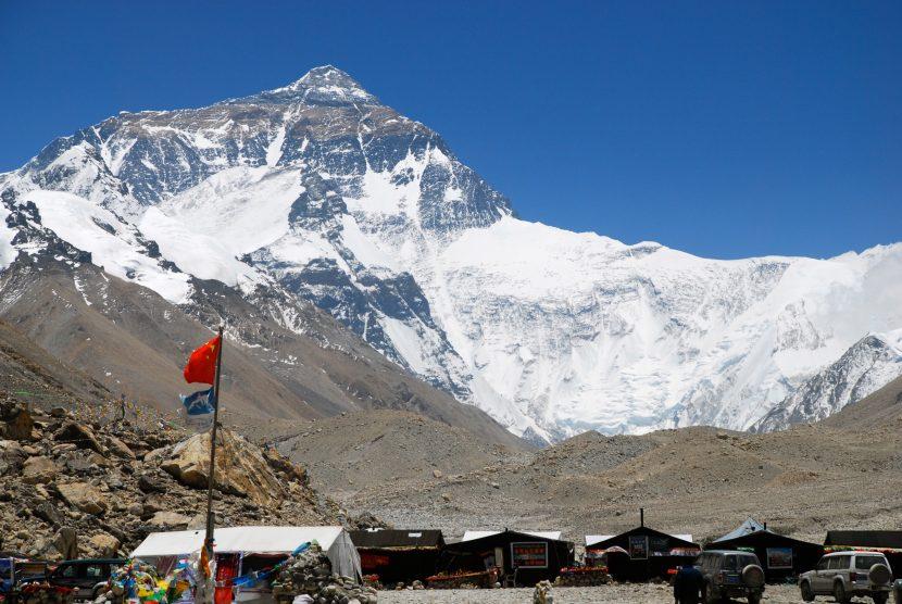 China restricționează accesul pe Everest din cauza poluării cu gunoaie