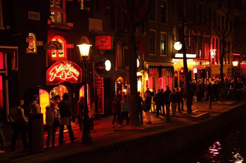 Tururile ghidate în Cartierul Roșu din Amsterdam, interzise de anul viitor